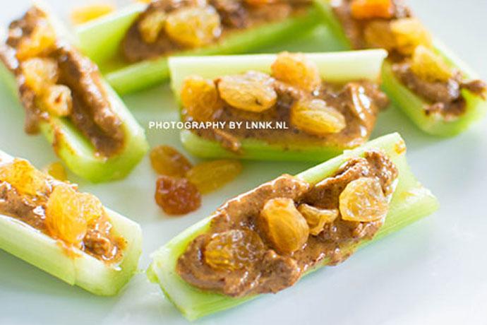Gezonde snacks bleekselderij met notenpasta