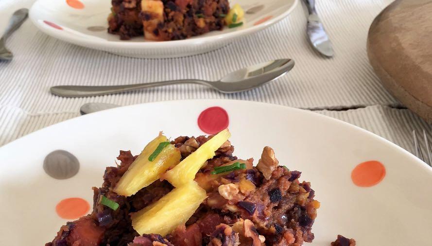 Rodekoolstamppot met zoete aardappel en ananas