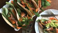 Tortilla's met zalm, raapstelen en avocadospread